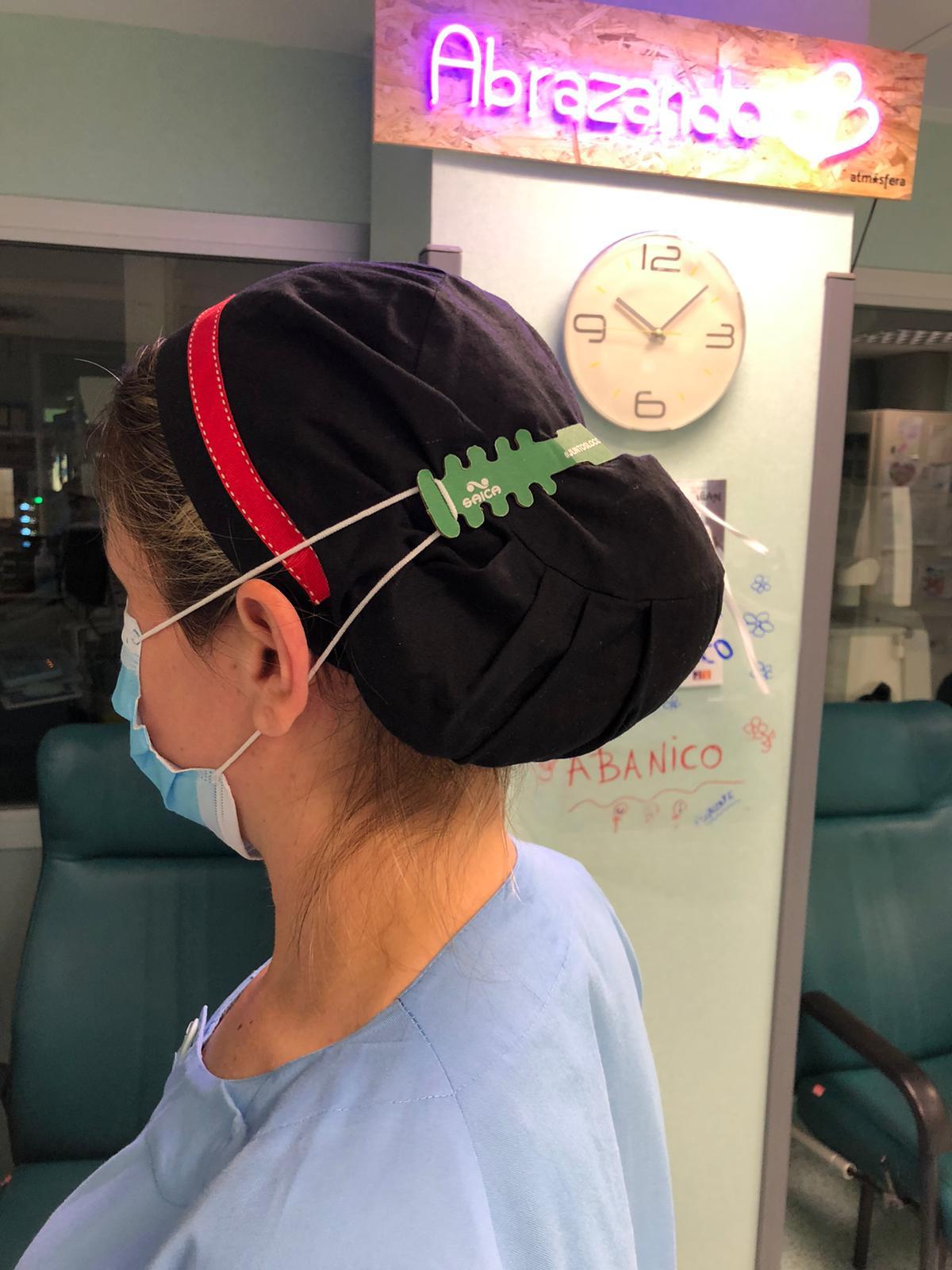 El personal sanitario usa el salva-orejas diseñado y fabricado por Grupo Saica