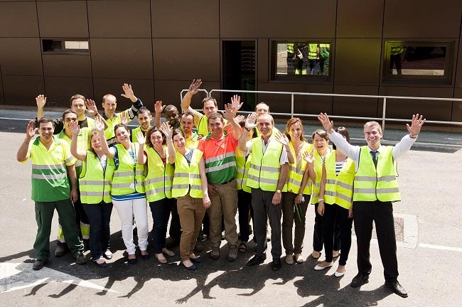 empleados saludando
